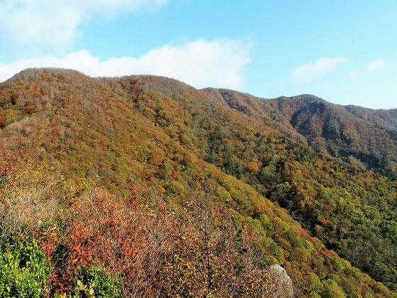 下山時天候も回復してきた。途中の展望台から山頂方面を振り返る。