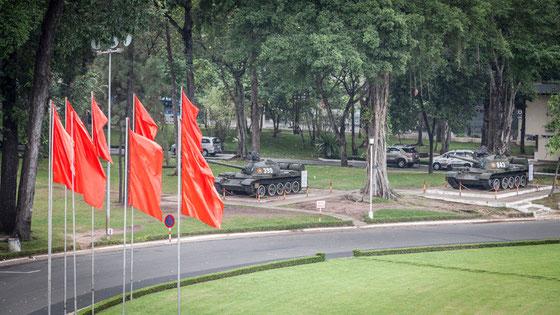 Tanques similares a los que encabezaron la columna que entró en el palacio el 30 de abril de 1975, y que simbolizó el final de la guerra de Vietnam. Mismos modelos de tanques, pintados exactamente igual, pero no son los originales.