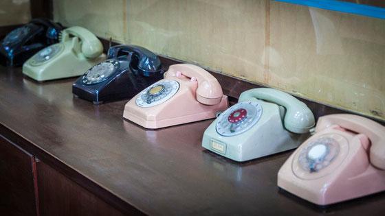 """Centro de comunicaciones en la sala de mapas. Todo muy """"vintage"""", hasta los teléfonos."""