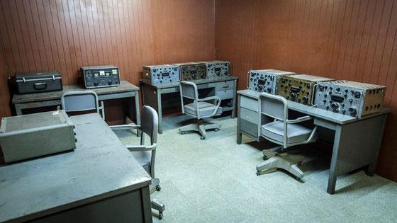 Centro de comunicaciones en el interior del búnker. Esta es una sala pero hay varias similares, con todo tipo de equipos de comunicaciones.