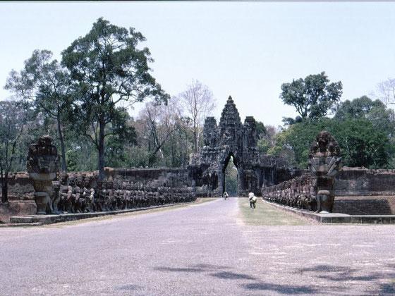 Puerta sur de la ciudad sagrada de Angkor Thom, año 1968
