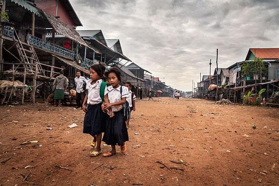 Muy temprano los niños se dirigen caminando a la escuela