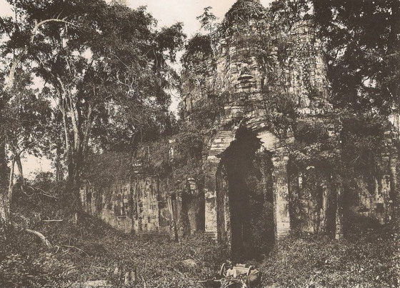 Puerta de la ciudad sagrada de Angkor Thom, presumiblemente sea la puerta oeste. Fecha desconocida.