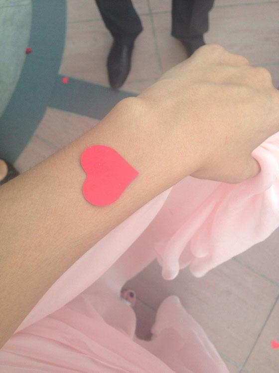 Meine kleine Cousine wollte mir umbedingt ein Herzchen auf dem Arm kleben. Selbstklebend? Neee mit natürlichem Klebstoff: Spucke! Yeah! Danke Süsse! :-S LOL