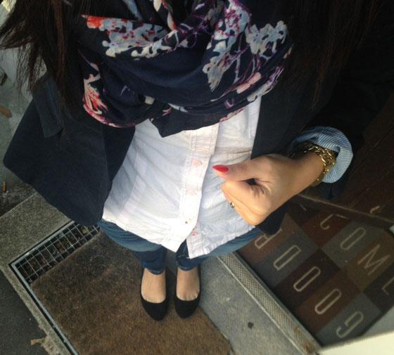 Blazer von Zara, Schal über Kleiderkorb, Bluse von Tommy Hilfiger, Ballerina von H&M.