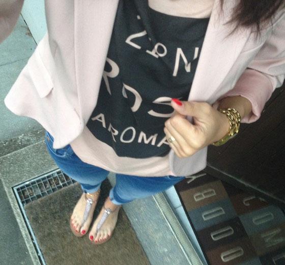 Outfit mit Oberteil von Vero Moda und Blazer von H&M.