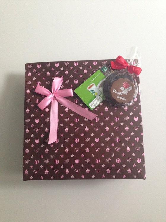Ein Geschenk von einer Arbeitskollegin erhalten: Schokolade und Starbucks *love it*