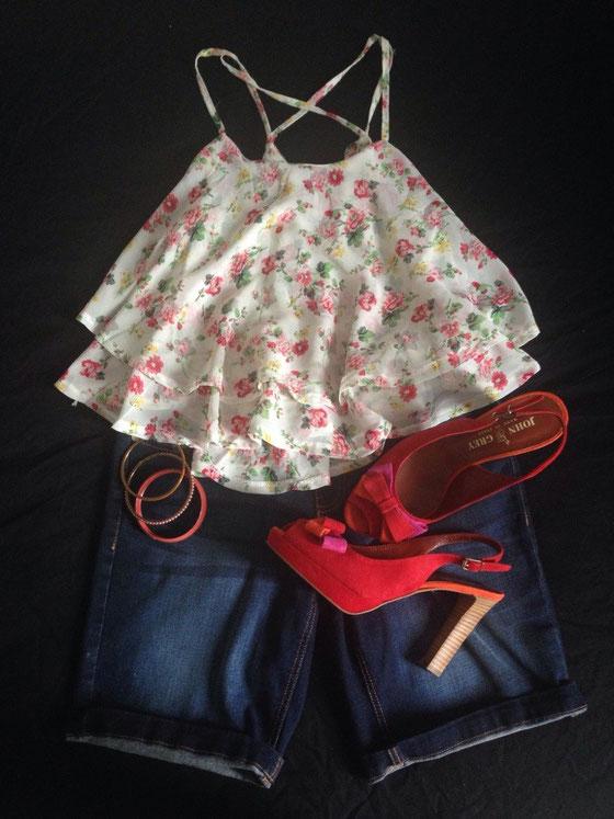 Top: Sheinside über mein Minipopup-Store (siehe Sidebar links) / Shorts: Takko / Sandalen: John Grey