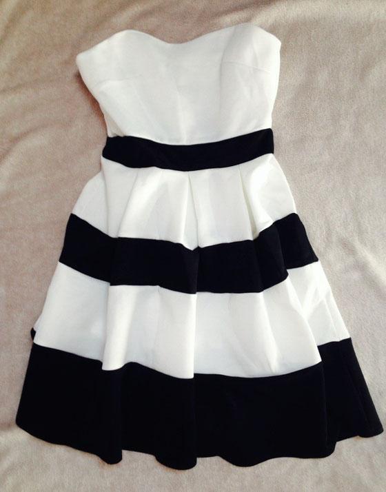 """Ein ähnliches Kleid besitze ich schon, aber mit Ärmel. Im Sommer bin ich aber gerne """"frei"""", Streifen liebe ich sowieso sehr. Und so musste dieses Kleidchen im Warenkorb landen."""