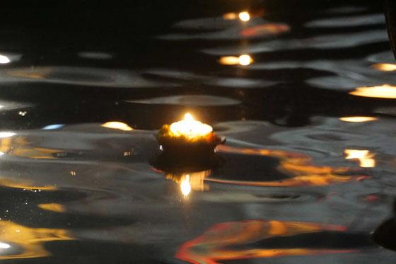Gute Wünsche werden auf dem Ganges auf den Weg geschickt - ein wunderberes Ritual...!