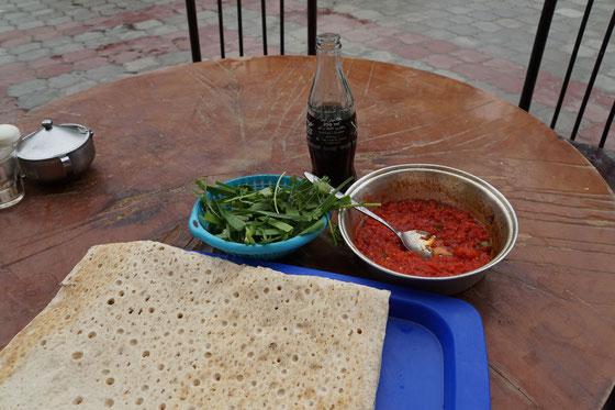 Während Passpartu seine Luft verliert, frühstücke ich in Bazargan. Die Tomaten sind gekocht und pikant gewürzt - die Kräuter frisch, knackig und würzig - alles ins Fladenbrot wickeln - HERRLICH!! Die Cola gegen den Stress und für den Magen - ich lebe gesund... >:-))