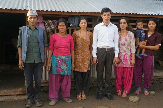 Surats Familie in Nepal, die auch meine Familie wurde...: v.l.n.r: Vater Ramchandra, Mutter Saraswoti, Schwester Luxmi (verheiratet, lebt in der Familie ihres Ehemannes - war grad zu Besuch da), Surat mit seiner Frau Shiwani, Schwester Pratiksha - mit Sulav (14 Monate) auf dem Arm, dem Sohn ihrer älteren Schwester Luxmi