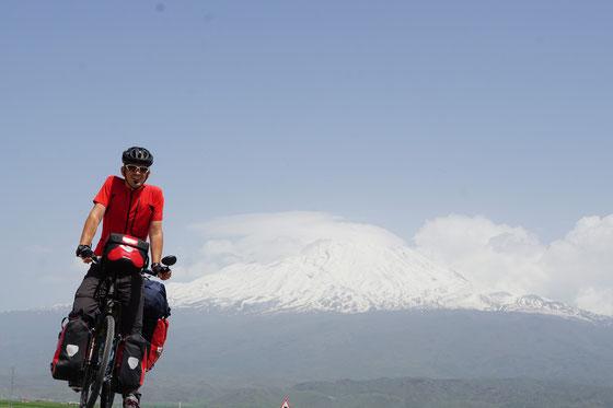 Kirtap vor Mount Ararat - mein bisher liebstes Selfie.... - habe lange geübt... ca. 25 km vor Grenze zu Iran...