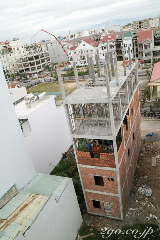 ベトナムの多くのビルは、四方の骨組みの間をブロックで埋めていくという建築方式