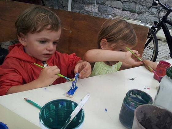 Atelier peinture des petits jouets en bois du Queyras.
