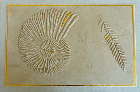 Ein weiteres Fossil mit Goldapplikationen