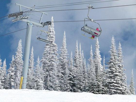 Skiurlaub in 2020 während der Corona-Pandemie: Sessellift mit nur einer Person besetzt fährt den Berg hoch