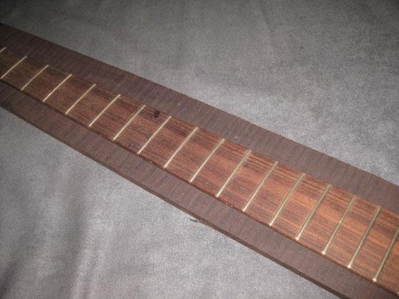 多弦ベース用幅広材・ワイヤー付きはサイズ比較用のローズ。