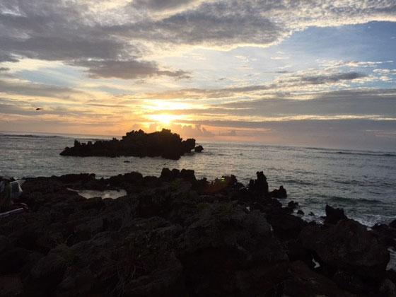写真左端の岩場から砂浜にステージ