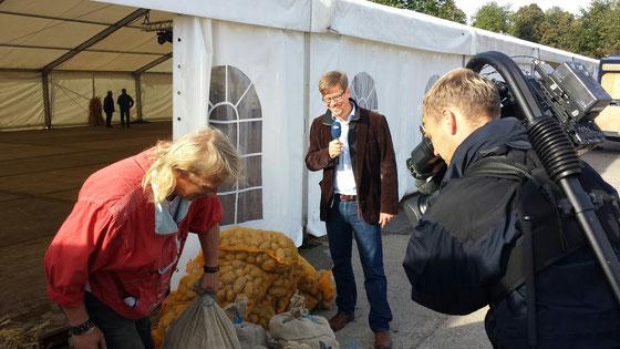 """Moderation der Sendung """"Land und Leute"""" im NDR-Fernsehen (hier von den Vorbereitungen des 25. Landeserntedankfestes in Mecklenburg-Vorpommern) Foto: Michaela von Steinäcker"""