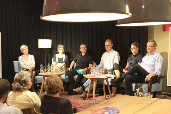 "Podium ""Schreiben nach Gehör"" der PH Bern: Mit Dr. Julia Winkes (Uni Freiburg), Eva Mollet (Primarschullehrerin), Erich Aschwanden (NZZ), Prof. Hansjakob Schneider (Uni Zürich), Dr. Maja Huber (Erziehungsdirektion Bern), Peter Keller (Nationalrat NW)"