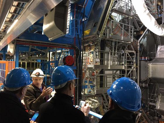 Besuch des CERN in Genf. Führung mit Professor Peter Jenni (2. v. l.) Januar 2017