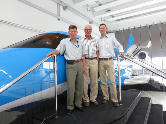 Besichtigung des neuen PC24: Markus Kälin (Mitglied der Geschäftsleitung Pilatus Flugzeugwerke), Werner Keller, Peter Keller. Juli 2013