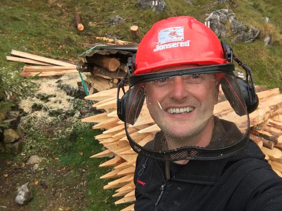 """Zaunpfähle (""""Hagschiie"""") herstellen auf der Alp Untersteigli"""
