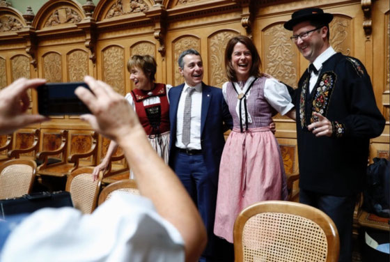 Tag der Trachten im Bundeshaus: mit den beiden Nationalrätinnen Petra Gössi (rechts) und Ruth Humbel (links) und Ignazio Cassis (in der typischen Bundeshaus-Tracht...)