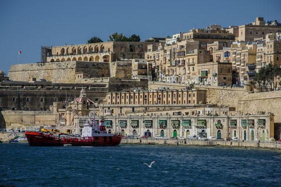 rotes-frachtschiff-valletta-naturhafen