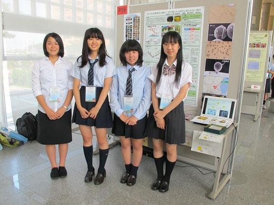 右から柳井利榮子さん(2年・ポスター発表)、鈴木詩子さん(2年・ポスター発表)、山﨑朝子さん(2年・研究発表)、 鈴木菜々さん(3年・研究発表)