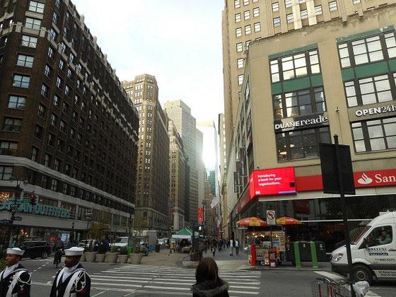 NYはどの通りにも大きな建物が連なる