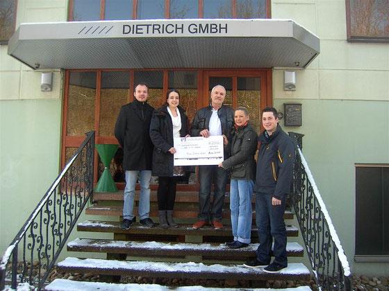 Martina und Wilhelm Dietrich übergeben den Ehrenamtlichen den Scheck