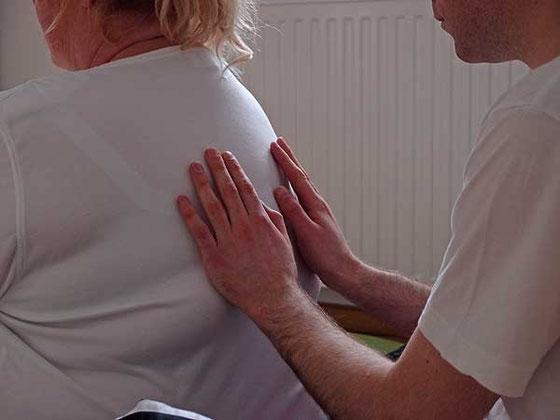 gebündelte energie-übertragung bei spannungs-schmerzen im brustwirbel