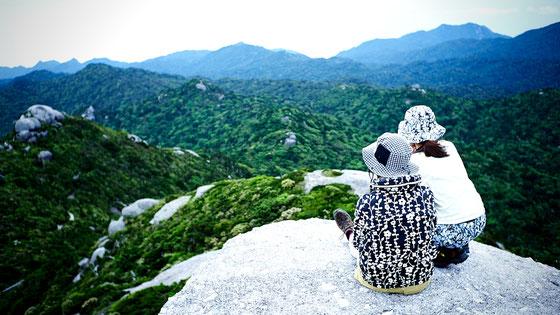 360度の大パノラマに息を呑む(黒味岳ガイドツアーにて)