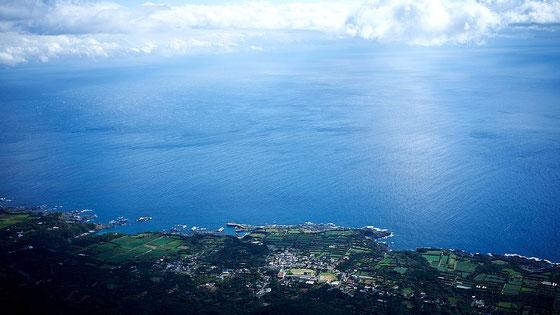 海岸線を真下に見る(モッチョム岳ガイドツアー)