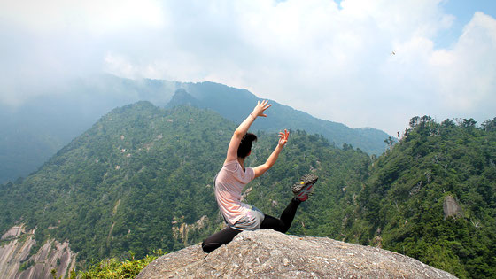 山頂で、ヨガのポーズ(モッチョム岳ガイドツアー)