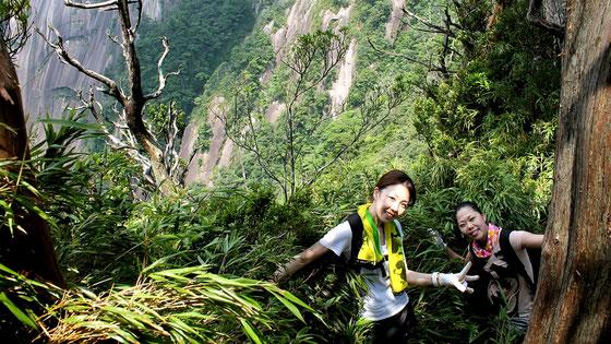 細く、狭い、尾根筋を歩く。すぐ隣は断崖絶壁。(モッチョム岳ガイドツアー)