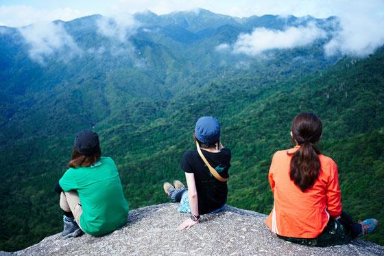 太鼓岩から屋久島の奥岳を見渡す