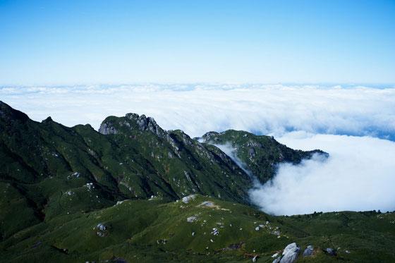宮之浦岳山頂からの眺望(永田岳方面)
