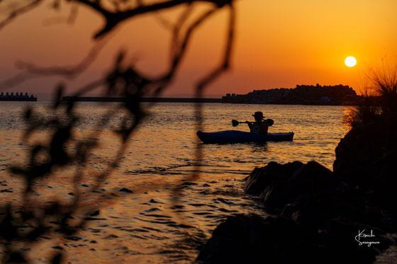 さあ、朝日が昇る前に、カヤックで漕ぎだそう。