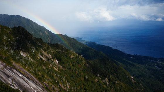 虹のかかる山々と街と海(モッチョム岳ガイドツアー)