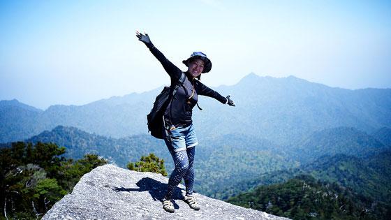 頂上で愛子岳を背景に(太忠岳ガイドツアー)