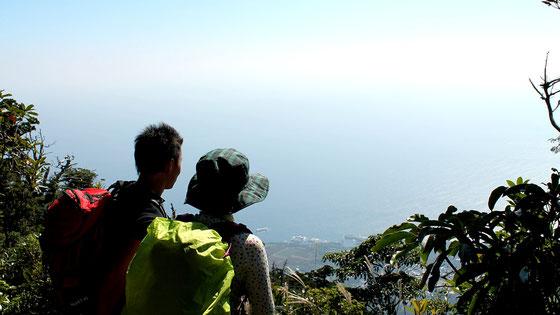 頂上より高い、神山展望台からの景色(モッチョム岳ガイドツアー)