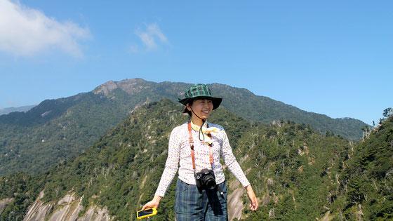 快晴のモッチョム岳で、満面の笑み(モッチョム岳ガイドツアー)