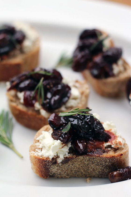 Here's a goat cheese crostini for Valentine's Day! You'll love this pan-roasted grape crostini that's heart healthy. #appetizers #toast #hearthealth #heartmonth #welchs #concordgrapejuice #entertaining #rdrecipes (sponsored)