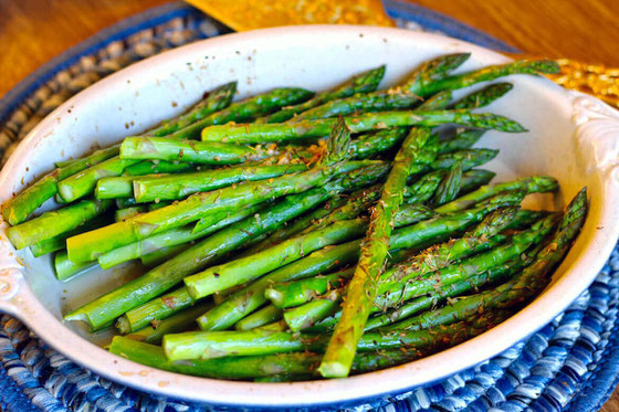 Wondering what to do with asparagus or how to cook it? Pair asparagus with lemon and garlic for the perfect flavor marriage. Try this healthy, low carb oven roasted lemon garlic asparagus recipe. #asparagus #cookingtips #healthycooking #vegetables #garlic