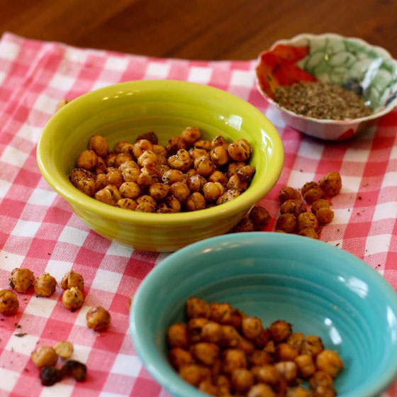 Love a good chickpeas recipe? These crunchy chickpeas are one of the best healthy snacks for weightloss. Don't forget to use spices and herbs! #chickpeas #pulses #proteinsnack #vegetarian #vegan #snacktime #plantbased