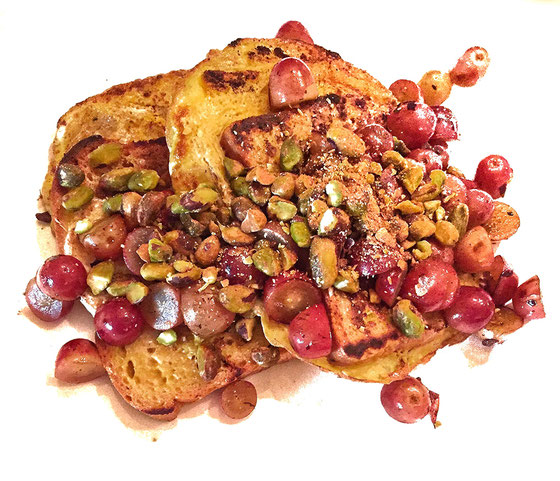 Here's an easy recipe that's sure to be a classic! This French Toast with Pistachios and Sweet Grapes is healthy and one of the best.