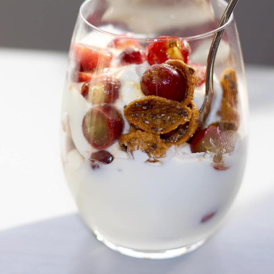 Love parfait recipes? This Greek yogurt parfait is a tasty breakfast parfait with sweet grapes that will quickly become one of your fave Greek yogurt recipes! #parfait #yogurtparfait #greekyogurt #yogurtrecipes #breakfastrecipes #healthybreakfast